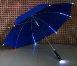 De rechte Lichte Paraplu's die van de Flits Paraplu met Licht adverteren