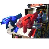 Kind-Ausländer, die Spiel-Maschine schießen