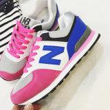 Ботинки нового света женщин идущие, ботинки спорта способа, используемые ботинки спорта