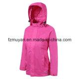 Женщина моделирует куртку мягкой раковины водоустойчивую