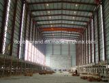 Taller ligero de la estructura de acero con la grúa adentro