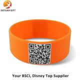 Wristband llano grabado agradable del silicón con insignia