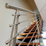 鋼鉄手すりが付いている階段ステンレス鋼の固体棒の現代的な柵