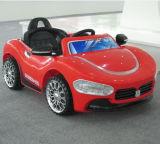 Conduite en plastique bon marché sur des gosses de jouet de véhicule