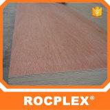 Okoumeの木製のベニヤの合板は安く3.6mm Okoumeの合板を広げる
