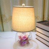 装飾的な整理はガラスドームの電気スタンドのばらの花を維持した