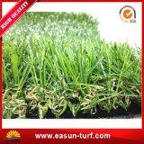 Ajardinando la hierba sintetizada usada para el jardín y el hogar
