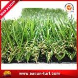 Hierba artificial del césped al aire libre del campo de fútbol