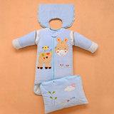 면 아기 늑대 만화 패턴에 의하여 뜨개질을 하는 담요