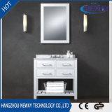 新しく白い純木の床立つ浴室の虚栄心のキャビネット