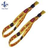 Heiße Art gesponnener bunter Wristband mit dem Plastikplättchen-Sperrung