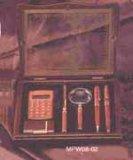 Hölzerner Geschenk-Kasten -- Vergrößerungsglas + Feuerzeug + Rechner + Feder + Uhr