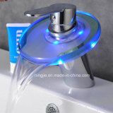 Rubinetto di vetro della cascata LED del miscelatore della stanza da bagno di funzione del LED