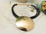 黒いコードPUは女性のための短い吊り下げ式のネックレスのアクセサリを包む