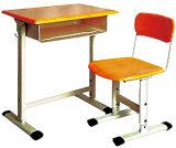 Únicas mesa e cadeira de madeira médias do estudante da escola