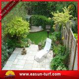 Césped artificial sintetizado de la hierba de alfombra del verde popular del uso al aire libre