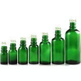 緑の精油のガラスビン