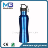 Color azul botella para beber agua de botella en blanco