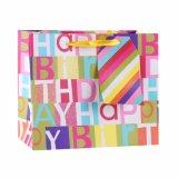 誕生日のポルカドットは衣類の靴の記念品のギフトの紙袋を曲げ結ぶ