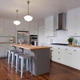 La quercia rossa rinnovata ha macchiato i disegni della cucina