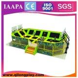 Grande trampolino relativo alla ginnastica dell'interno con pallacanestro nella sosta del trampolino
