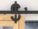 納屋の大戸のハードウェアを滑らせる新しい木製のドア