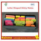 Lettre d'affichage des notes adhésives en forme dans la case de l'emballage
