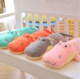 La peluche d'hippopotame de peluche joue le jouet de gosses