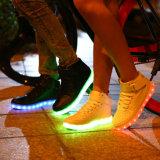 Sapatas populares do diodo emissor de luz dos adultos no Natal