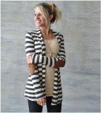 女性のInerraticによって縞で飾られる緩いセーターのコートはブラウスのカーディガンより長持ちする