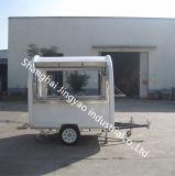 移動式食糧レストランの販売のカートによって揚げられているアイスクリームのトラックか食糧販売のトラック