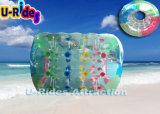 Balle de rouleau d'eau gonflable colorée sur le lac