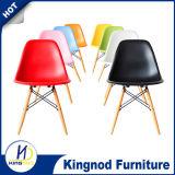 Chaise à pied en bois à bas prix Chaise à chaises colorées en plastique PP ABS Chaise à manger Eames Dsw Dar
