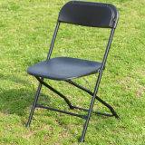 Cadeira dobrável de plástico com pernas de metal