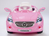 中国の赤ん坊は電気自動車のオートバイリモート・コントロール車のバイクをからかう