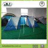 4人はグループのテントを防水する