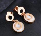 De Juwelen van het Roestvrij staal van de Oorring van de Daling van de Liefde van de witte Shells Vrouwen van de Cirkel van Oorringen Dubbele namen Gouden Kleur toe