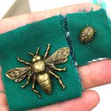 Rivet de finition en métal de coccinelle d'or fait sur commande de modèle pour le collier en cuir du crabot