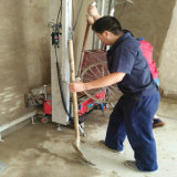Costruzione del muro di cemento del mattone che intonaca monofase della macchina