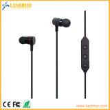 As mãos livram o fone de ouvido magnético de Bluetooth do interruptor do sensor