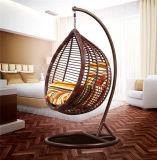 Nette Garten-Möbel, die entspannenden im Freienschwingen-Stuhl laufen