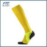 Il gioco del calcio dei calzini degli uomini colpisce con forza i calzini di gioco del calcio dei calzini di sport del cotone