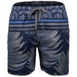 La spiaggia degli uomini mette gli Shorts in cortocircuito asciutti rapidi della scheda