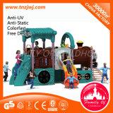 As crianças plásticas do tema do carro do brinquedo deslizam o campo de jogos ao ar livre