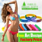 Wristband su ordinazione all'ingrosso del silicone del Rainbow formato/di marchio con il campione libero