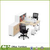 Scrittorio della stazione di lavoro del personale di disegno degli scrittori del calcolatore con il supporto del CPU