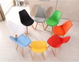 Commerce de gros bon marché catering PP avec coussin de siège en plastique des jambes de bois Tulip chaise de salle à manger