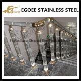El cercar con barandilla cristalino de las escaleras del acero inoxidable