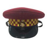 عادة [هيغقوليتي] يغطّي شرطة أحمر عسكريّة حافة زجّاجية قبعة