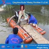Mini dragueur chinois d'or dans le petit flot peu profond de fleuve